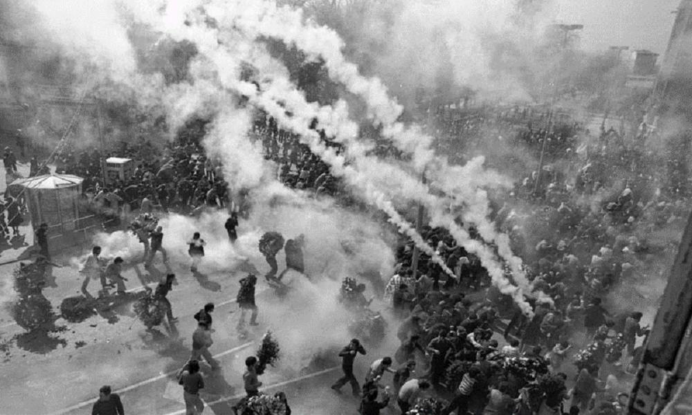 La policía interviene en la celebración del primer aniversario de los hechos del 3 de marzo (la foto es de 1977)